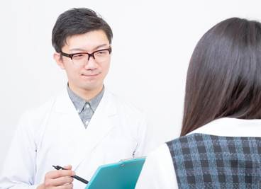 逆流性食道炎かを診察している医師