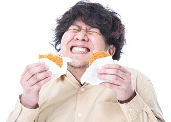 脂っぽいものを食べ過ぎる男